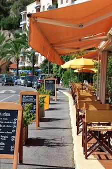 Сцена французского ресторана с меню