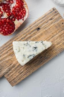흰색 배경에 프랑스 로크포르 치즈 세트, 텍스트 복사 공간이 있는 평평한 레이아웃