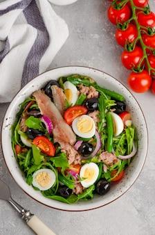 Французский салат нисуаз с тунцом яйцо стручковая фасоль помидоры оливки салат лук и анчоусы