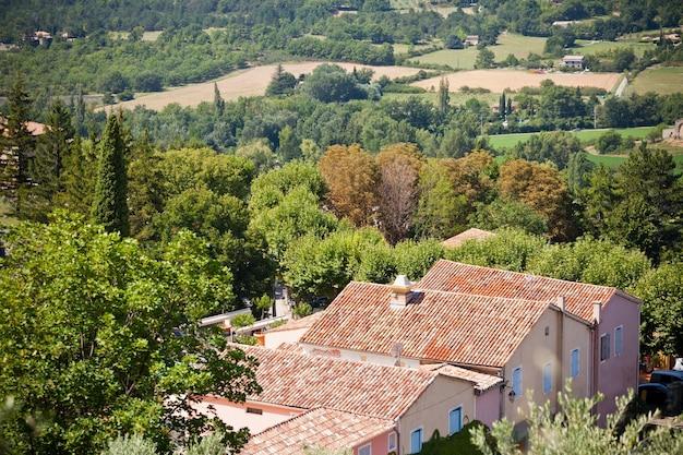上からのフランスの小さな町の眺め。セレクティブフォーカスの水平ショット