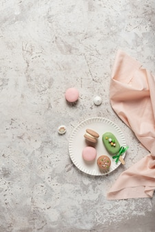 Французские сладкие миндальное печенье на светлом столе, вид сверху и место для текста