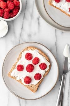 朝食に新鮮なラズベリーとフレンチトーストのパン