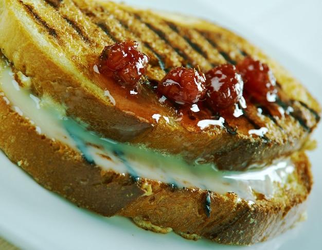 Французский тост - блюдо из хлеба, пропитанного взбитыми яйцами, а затем обжаренного. финский стиль риккаат ритарит