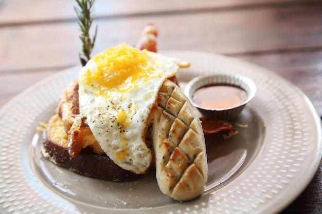 Французские тосты с яйцами и беконом для завтрака brekkie stack