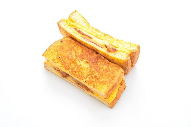 프렌치 토스트 햄 베이컨 치즈 샌드위치와 계란 흰 배경에 고립