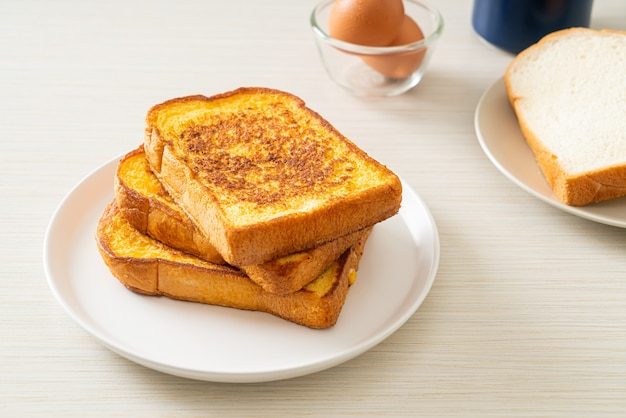 아침 식사로 하얀 접시에 프렌치 토스트