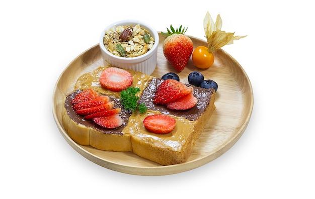 신선한 과일과 바닐라 아이스크림이 든 나무 접시에 프렌치 토스트 스틱 또는 허니 토스트 스택