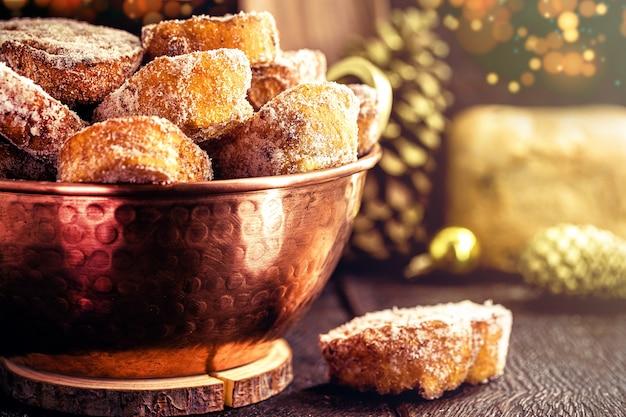 프렌치 토스트, 구리 냄비에 크리스마스를 위한 전형적인 브라질 디저트. 설탕과 계피를 곁들인 튀긴 빵 잼, 달콤한 홈메이드 토스트