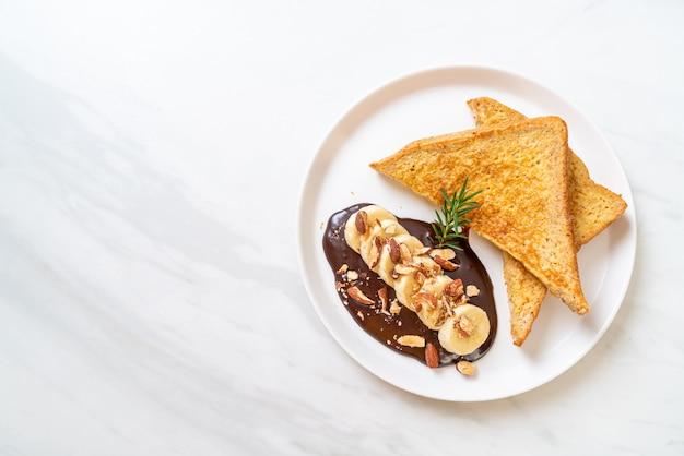 朝食にバナナチョコレートとアーモンドが入ったフレンチトースト