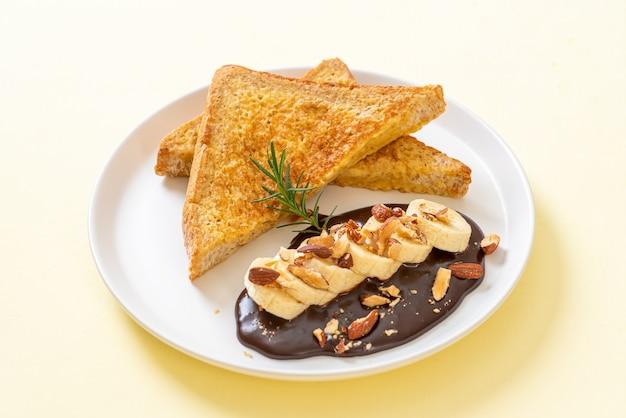 朝食にバナナチョコレートとアーモンドを添えたフレンチトースト