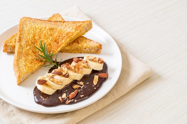 아침 식사로 바나나 초콜릿과 아몬드를 곁들인 프렌치 토스트