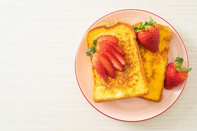 プレートに新鮮なイチゴとフレンチトースト