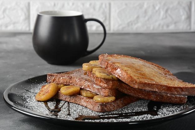 튀긴 plantains와 프렌치 토스트