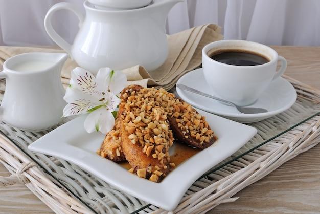 호두와 계피를 곁들인 프렌치 토스트와 커피 한 잔