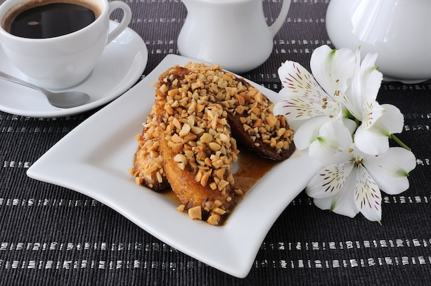 Французский тост с грецкими орехами и корицей и чашка кофе