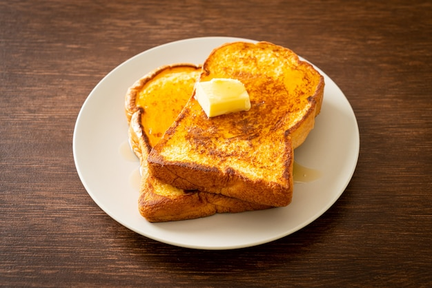 Французские тосты с маслом и медом на завтрак