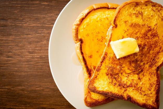 朝食にバターと蜂蜜でトーストしたフレンチ