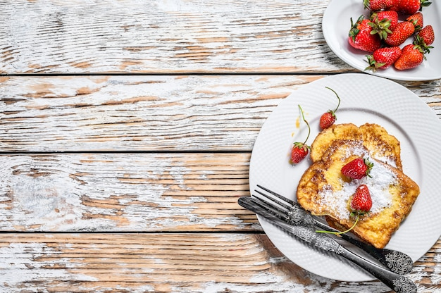 フレンチトーストとイチゴ。健康的な朝食。上面図。コピースペース