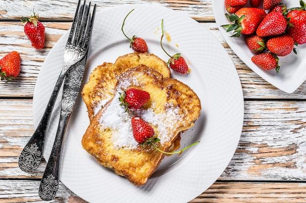 フレンチトーストとイチゴ。健康的な朝食。上面図