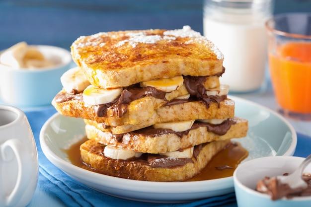 Французские тосты с бананово-шоколадным соусом и карамелью на завтрак
