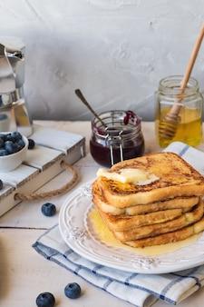 朝食にバターとブルーベリーを添えたフレンチトースト。