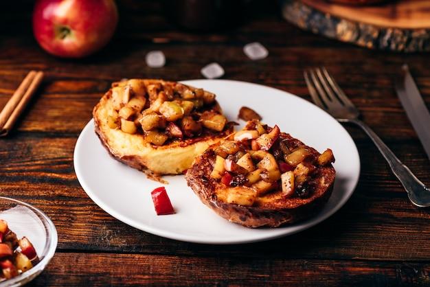 キャラメリゼしたリンゴとシナモンのフレンチトースト