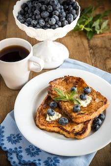 新鮮なブルーベリーとメープルシロップのフレンチトースト