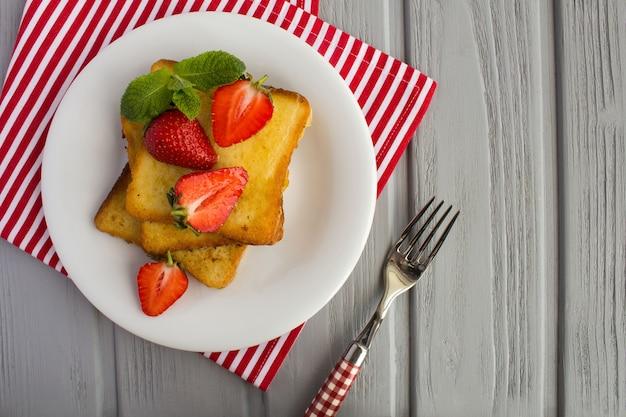白いプレートにイチゴのフレンチトースト