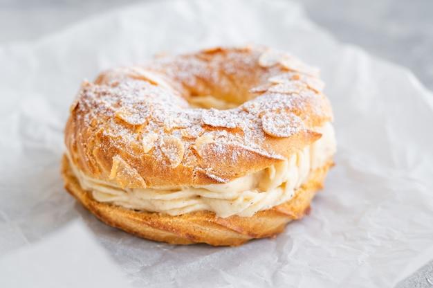 Французский традиционный торт париж брест с сахарной пудрой пралине и миндальными лепестками