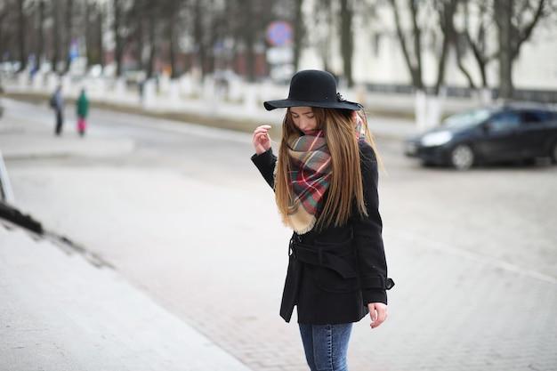 Француженка на прогулке на открытом воздухе ранней весной