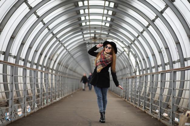 도시의 중심부에서 산책에 프랑스 여자