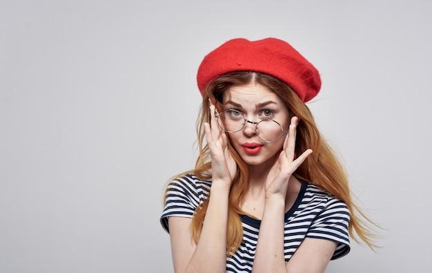 그의 손 생활 방식으로 줄무늬 tshirt 빨간 입술 제스처에 프랑스 여자