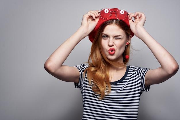 赤い帽子の化粧ファッションポーズのライフスタイルを身に着けているフランス人女性