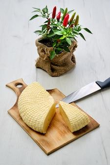 나무 절단 보드에 신선한 adyghe 치즈