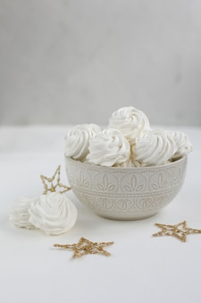 Свежий воздушный ванильный зефир ручной работы в вазе
