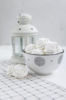 花瓶に新鮮な風通しの良い手作りのバニラマシュマロ