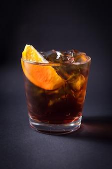 黒の新鮮なアルコールカクテルドリンク