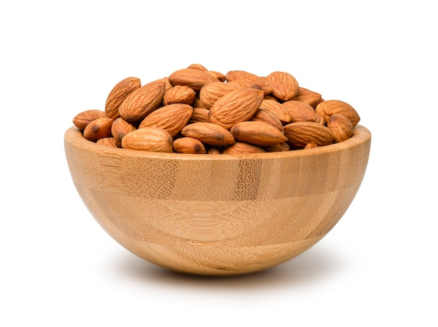 Орех свежий миндаль в деревянной миске