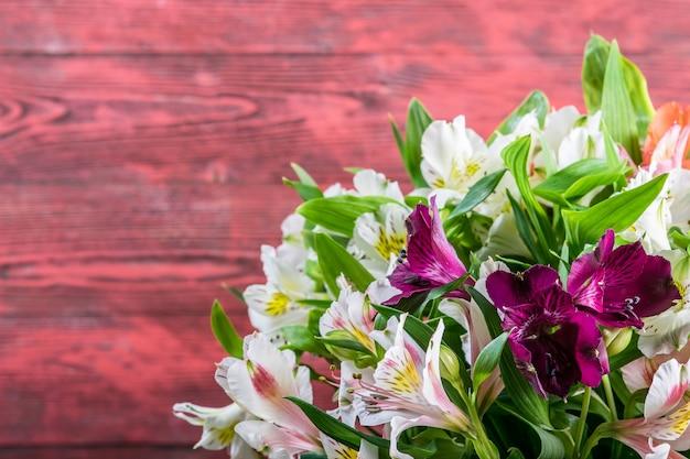 木製の背景に新鮮なアルストロメリアの花