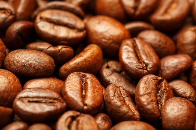 Свежий и ароматный жареный кофе в зернах
