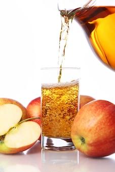 Свежий и холодный яблочный сок