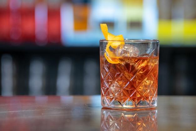 Свежий и вкусный коктейль в бокале в баре