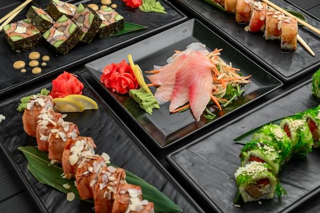 Свежие и вкусные суши на черном Premium Фотографии