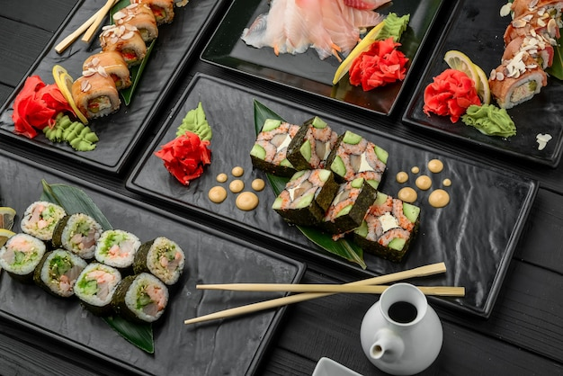 Свежие и вкусные суши на черном
