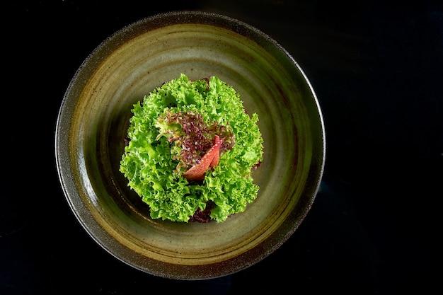 신선한식이 가재 샐러드가 그릇에 제공됩니다. 검정색 배경에 고립. 해물