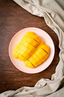新鮮で黄金色のマンゴーを皿にスライス