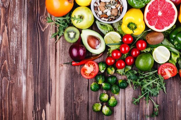Свежая и полезная еда. авокабо, брюссельская капуста, огурцы, красный, желтый и зеленый перец