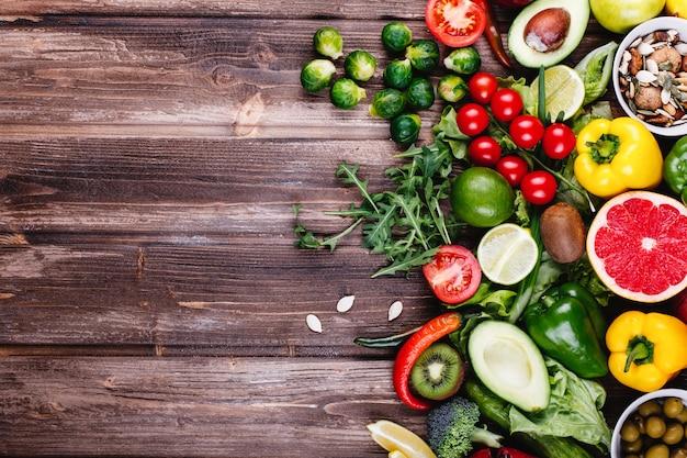 신선하고 건강한 음식. 아보 카보, 브뤼셀 콩나물, 오이, 빨강, 노랑, 피망