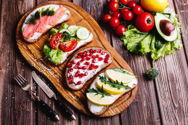 Свежая и полезная еда. закуски или идеи обеда. домашний хлеб с сыром, авокадо