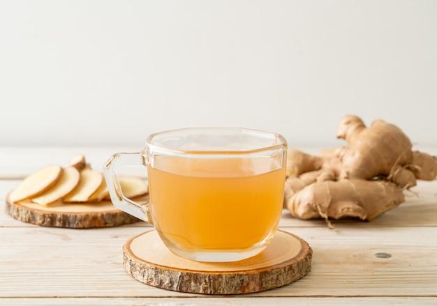 生姜のルーツを持つ新鮮で熱い生姜ジュースグラス-ヘルシードリンクスタイル